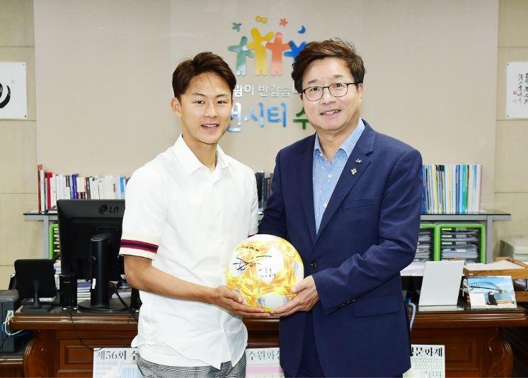 [포토뉴스] 염태영 수원시장, 축구 국가대표 이승우 선수 격려
