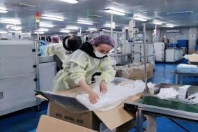 中 상하이 자원봉사자들 마스크 생산직장서의 12시간
